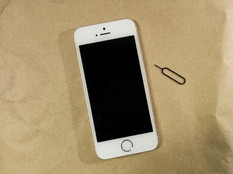 b-mobile 7GB プリペイド SIM SoftBank iPhone 5sとSIMピンです