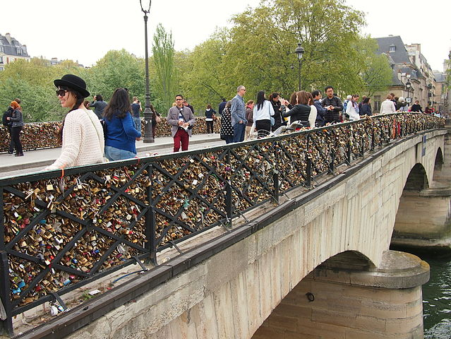 Love_padlocks_on_the_Pont_de_l'Archevêché_April_2014