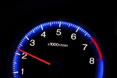 車は回転数を下げれば燃費が良くなる?燃費を上げる運転方法