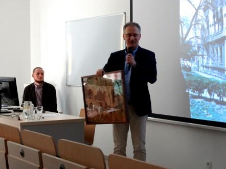 Prof. Andrzej Rozwadowski wręcza obraz dla KNSA