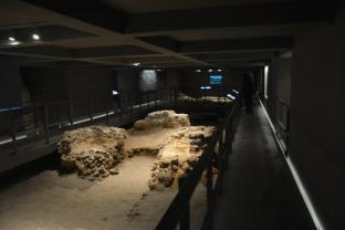 Pozostałości grobowców pierwszych władców Polski (od strony baptysterium)