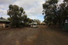 Unser Auto auf dem Campingplatz. Fast ganz allein. Nur vier Leute waren hier auf dem gesamten Platz.