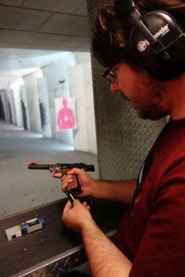 Die erste Waffe war ein Gerät für Frauen mit Miniaturmunition vom Kaliber .22