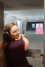 Sarah erfreut der Revolver ebenfalls