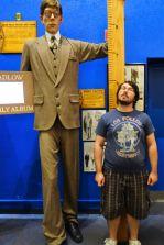Tomus mit dem größten Mann der Welt.