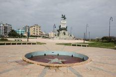 Eine große Fläche zentral in Centro Habana präsentiert mit Stolz irgendwelche Monumente. Hier bruzzelt die Sonne vom Himmel, die uns die Sonnencreme wegbackt. Kein Wunder das es kaum jemanden gibt, der so dämlich war Mittags hier vorbei zu schauen.