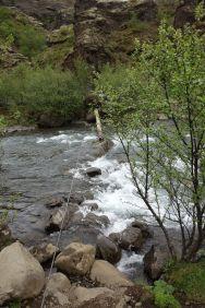 Der Baumstamm zur Überquerung erweist sich als Metallseil über einen Fluss mit ein bisschen Holz zur Unterstützung