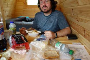 Tomus glücklich bei einem erneuten Gourmet Frühstück. Heute mit Straciatella Skyr