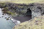 Diese Halbinsel besteht hauptsächlich aus tollen Klippen. Hier eine kleine Höhle mit schwarzem Sand. Schön ist auch das Grün an den tollen Steinen/Schichten. Man die richtigen geologischen Begriffe müsste man mal kennen