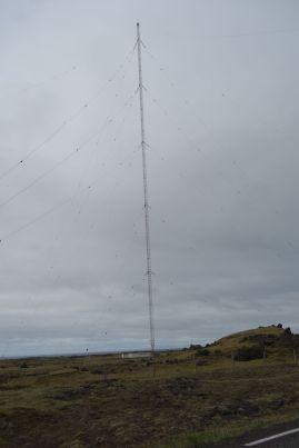 Auf dem Weg zum Hostel sind wir verwundert über einen enorm hohen Bau, welcher von zig Drahtseilen gesichert wird. Es erweist sich als Funkturm für Radioübertragungen. Die sollten besser auf Webradio umsteigen, das Ding sieht bei den Winden einfach nicht besonders sicher aus.