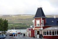 Der Ort ist sehr charmant. Diese typischen isländischen Gebäude laden einen richtig zum Essen und Trinken ein. Wenn nur nicht der isländische Preis wäre