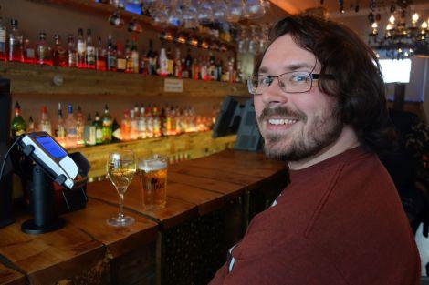"""Wir finden doch noch eine Happy Hour (Getränke zum verbilligten Preis). Hier zahlen wir """"nur"""" 800 ISK für ein Bier => Fast 7 EUR"""