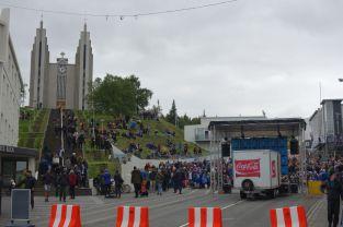 Das Deutschland-Island Spiel schauen wir uns auch in der Backpackers-Bar an. Island geht natürlich mit 1:1 in Führung - zumindest dem Gejubel nach zu urteilen. Das Bild hier ist zum Ende der Halbzeit entstanden - die zweitgrößte Stadt Islands trommelt hier die Fans zusammen zum gemeinsamen Schlachtruf