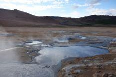 Kochendes Schwefelwasser blubbelt hier in den Drecklöchern, während heiser Dampf die Gegend zum Zischen bringt. Kein Wunder, dass hier auch gerne mal irgendwelche Szenen auf anderen Planeten gedreht werden