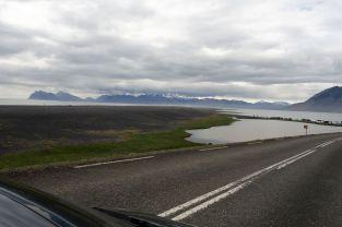 Wohin man schaut begleiten einen diese schwarzen Steinstrände. Man kann das Wetter heute als schwankend bezeichnen. Kein Vergleich zum Pisswetter von gestern, aber wunderschön ist es auch nicht.