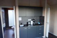Sie ist nicht besonders groß, aber modern eingerichtet. Eine kleine Küchenzeile,..