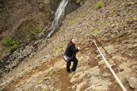 Manchmal muss man beim Aufstieg auch ein wenig absteigen. Hier so steil, dass die uns Seile zum quasi abseilen (heh) angebracht haben