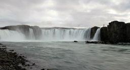 Man kann an vielen Attraktionen in Island einfach kurz mal an die Klippen laufen. Der Typ da oben rechts wartet nur auf einen etwas stärkeren Windstoß