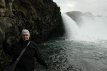 Sarah checkt ob sich hinter dem Wasserfall Gold befindet