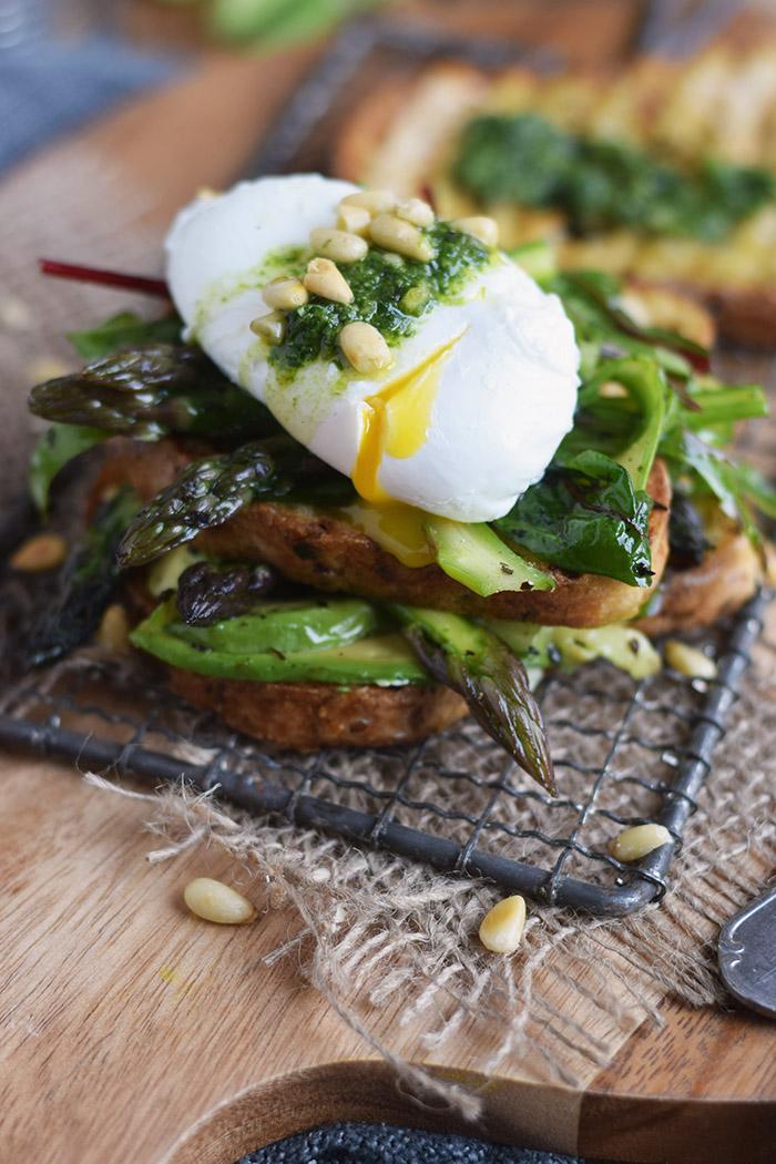 Glutenfreies Sandwich mit Spargel-Mangold-Salat & pochiertem Ei (17)
