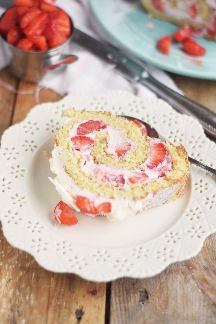 Erdbeer Quark Biskuitrolle - Straberry Cake Roll Rezept (7)