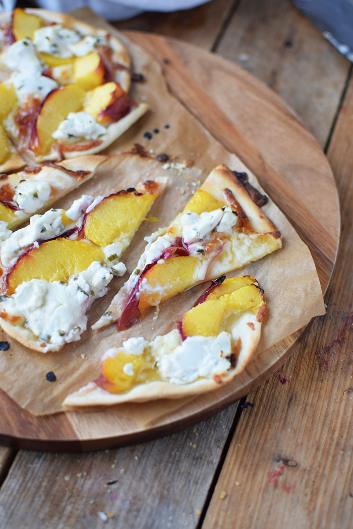 Flammkuchen mit Nektarinen Honig und Ziegenfrischkaese - Last Minute Tart Flambe with Nectarines Goats Cheese and honey (23)