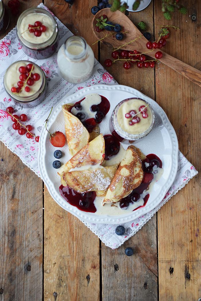 Rote Gruetze mit Beeren Hefeplinsen - Berry Compote with pancakes (6)