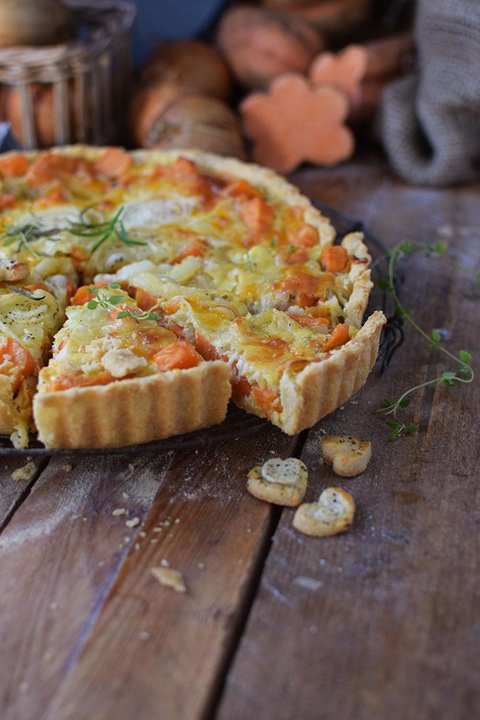 suesskartoffel-quiche-mit-karamellisierten-zwiebeln-und-butterschmalz-cheddar-boden-23