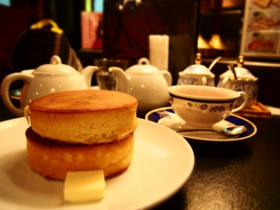 Enjoy some English / Japanese crossover style tea set @ the shopping district after a day of walking !