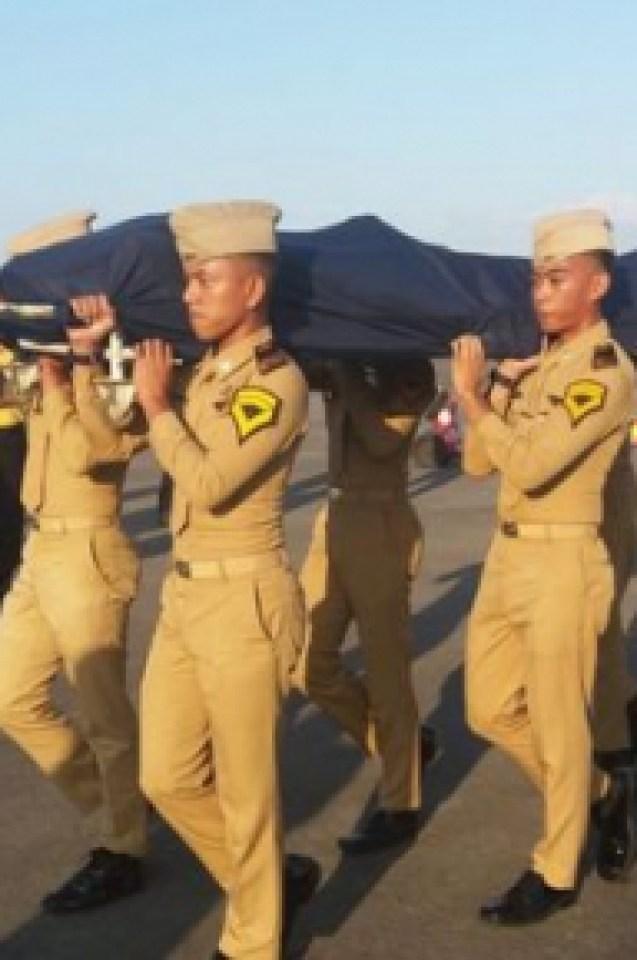 21-годишен диспечер загина геройски, но спаси стотици пътници на самолет при убийствения трус в Индонезия