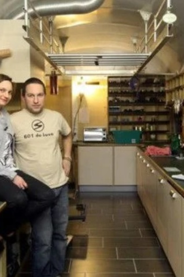 Младо семейство си направи приказен дом от два стари жп вагона (СНИМКИ)