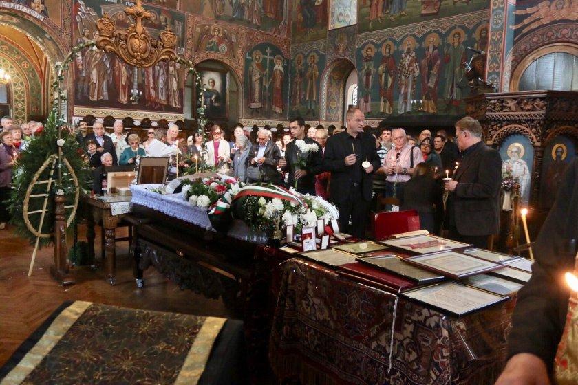 Стотици изпратиха проф. Вучков