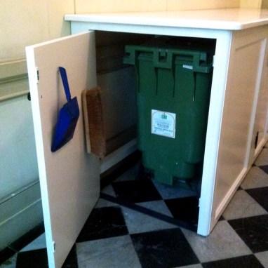 Meuble pour cacher les poubelles dans les parties communes. Une manière simple et efficace pour garder une entrée agréable et avenante.