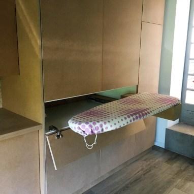 Table à repasser pivotante qui se range dans le meuble après utilisation
