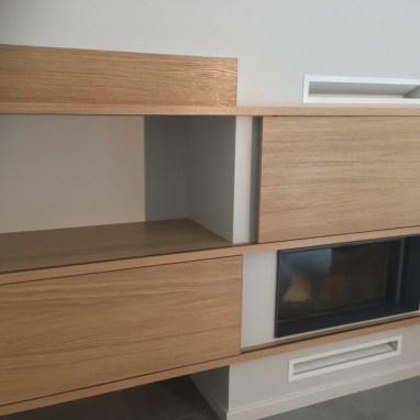 Aménagement sur mesure avec portes coulissantes en querkus. Un moyen esthétique pour cacher vos appareils hifi.