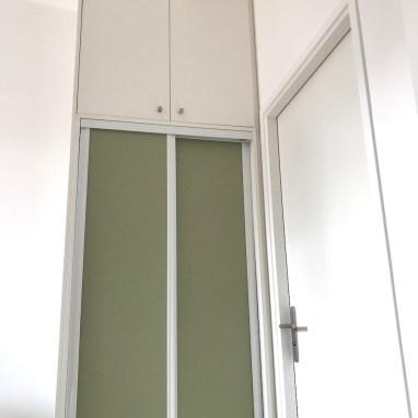 Meuble à portes coulissantes de couleur