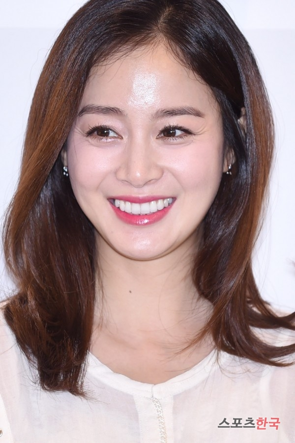 Pregnant Kim Tae Hee Beaming In First Public Appearance At