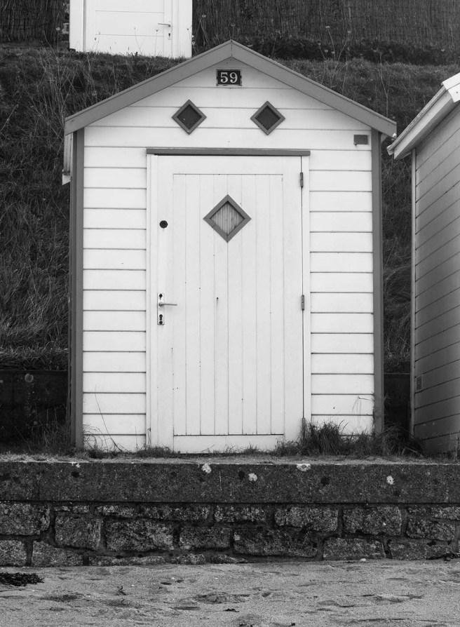 Cabine de plage en noir et blanc