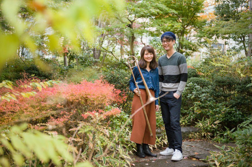 東京の檜町公園で楽器を持ってエンゲージメントフォト撮影