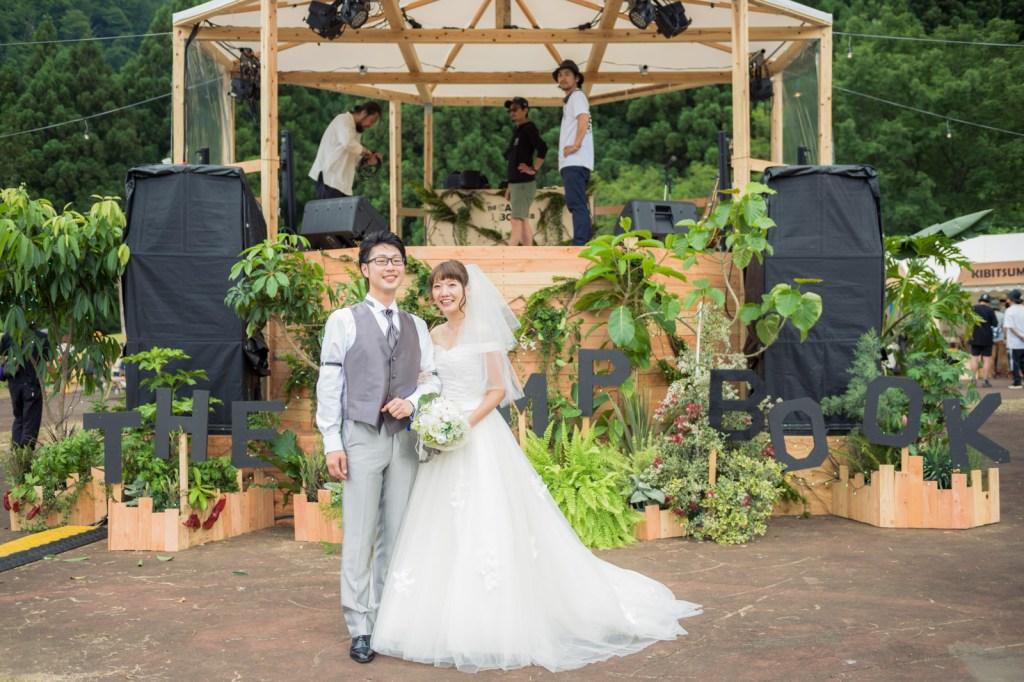 実際に結婚式をするステージの前で一枚。後ろではセッティングがされていますね。