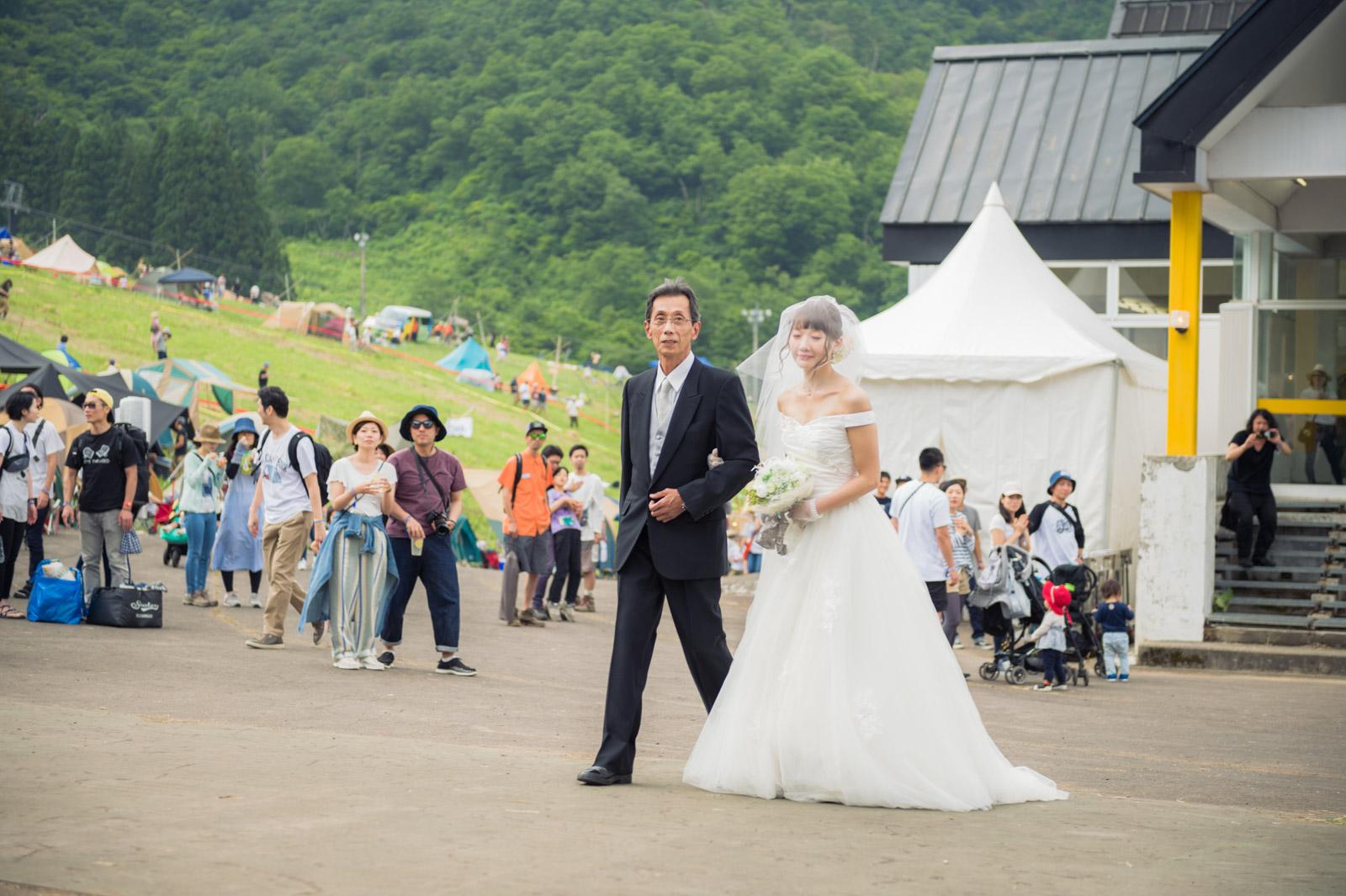 結婚式参加以外の人も優しく見守ります。
