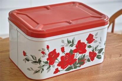 鮮やかな赤の薔薇柄 ブレッド缶ですが、端切れ入れなどに最適!