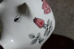 RORSTRAD(ロールストランド)社 スエーデン 薔薇柄がエレガントぶたの貯金箱 Marianne Westman (マリアンヌ・ウェストマン)デザイン