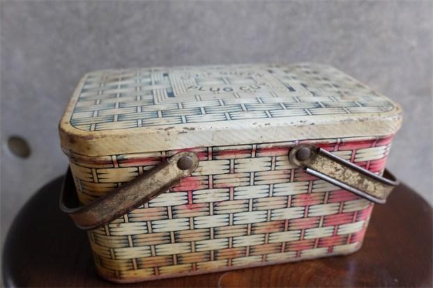 英国製 ブリキ(TIN)缶 DIXIE QUEEN CUT PLUG ピクニックバスケット型 タバコ入れ