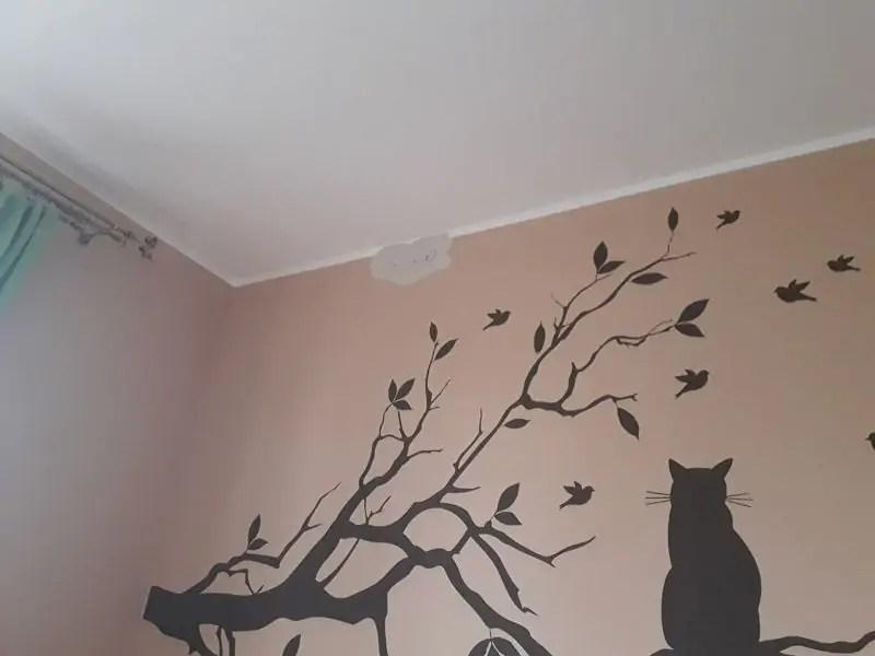 Dziura w ścianie w salonie