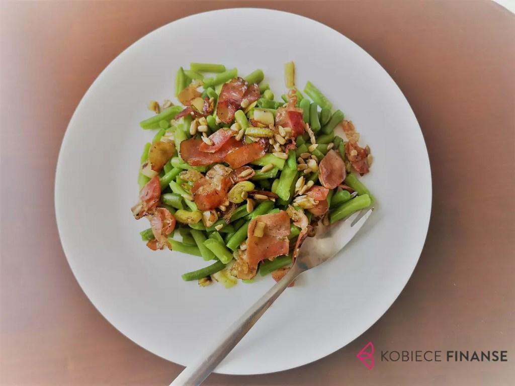 Tani obiad: fasolka szparagowa z porem, szynką parmeńską i prażonym słonecznikiem