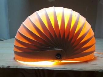 Une des créations en bois en forme de coquillage, dans article d'introduction des luminaires de kobocreations. Feuilles de bois, lumière, ambiance,design.