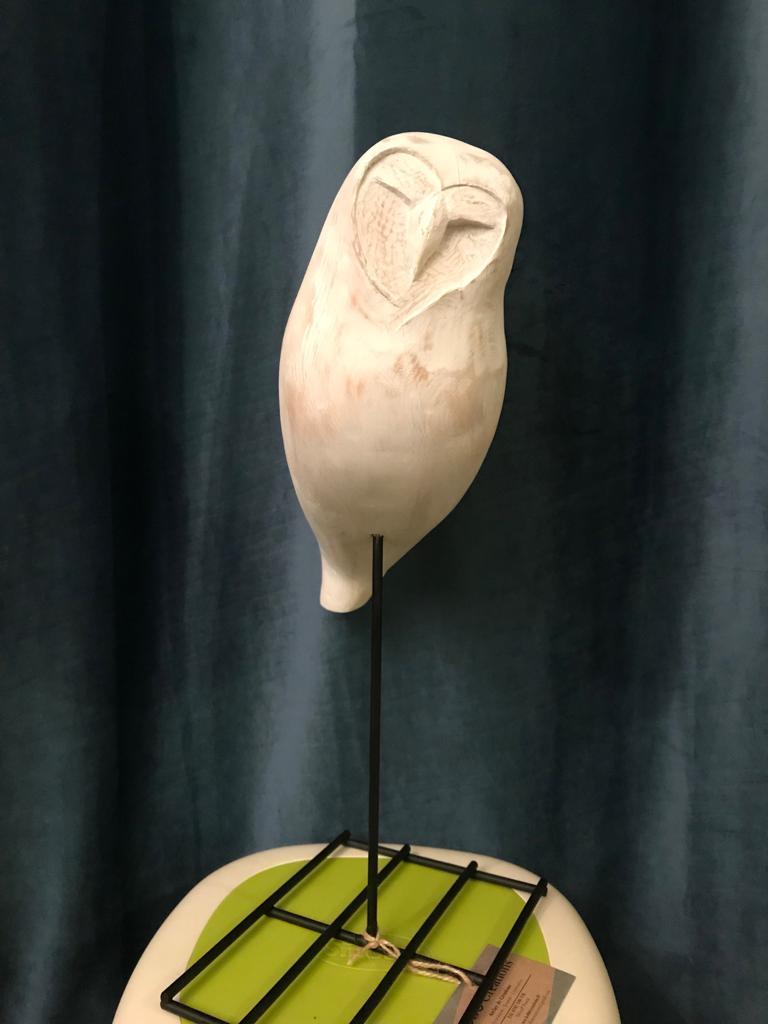 sculpture en bois chouette patinée blanche, par atelier kobo creations, moderne,design, expressive sur pied de métal noir