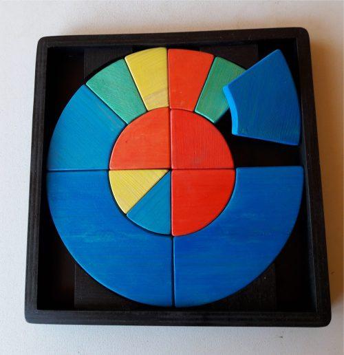 Tangram circulaire en bois massif-13 pièces-couleurs-rouge-bleu-jaune et vert-dans un cadre/support noir-jeu d'éveil aux couleurs et à la dextérité