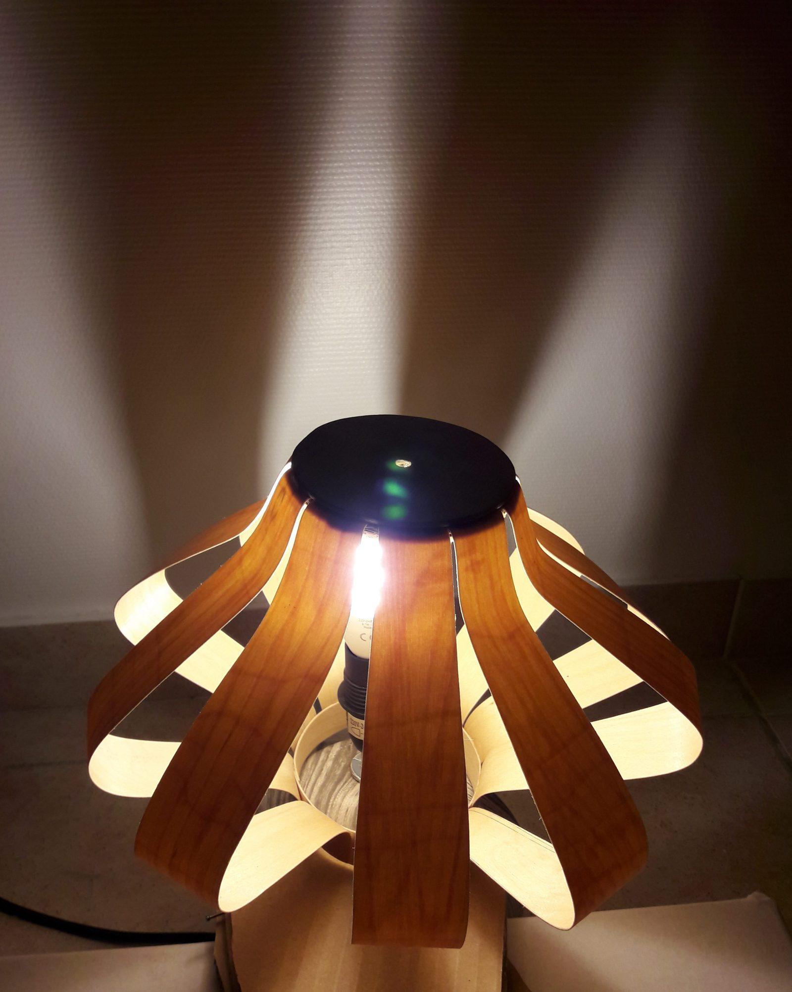 lames de bois fin, ajourées, belle suspension ou abat-jour, ambiance chaude, et jeux de lumière, une création artisanale par l'atelier kobo creations, veinages,ou lampe de chevet